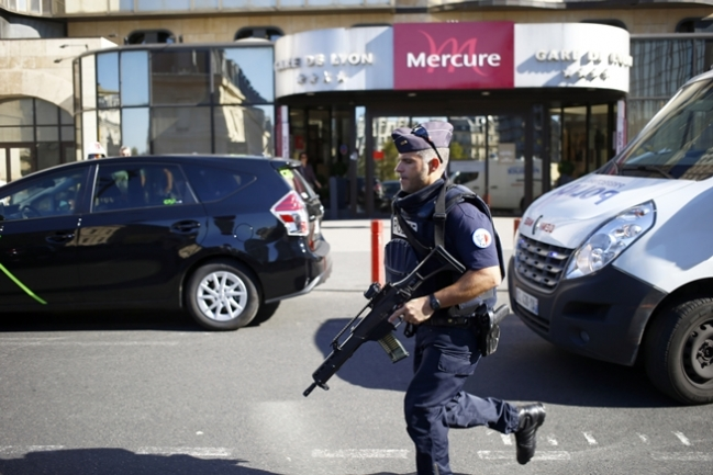 Ďalší útok v Paríži! Muž zabíjal nožom, mŕtvych je aj niekoľko policajtov