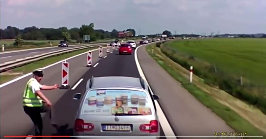 Smutné video reakcie policajta na vodiča na dialnici.
