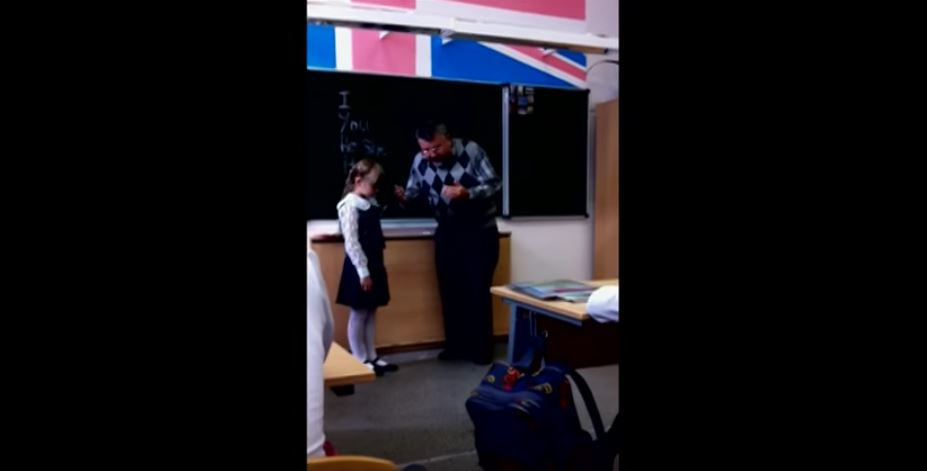Agresívny učiteľ v rusku udrie dievčatko do tváre. Spolužiak tajne nahral video.