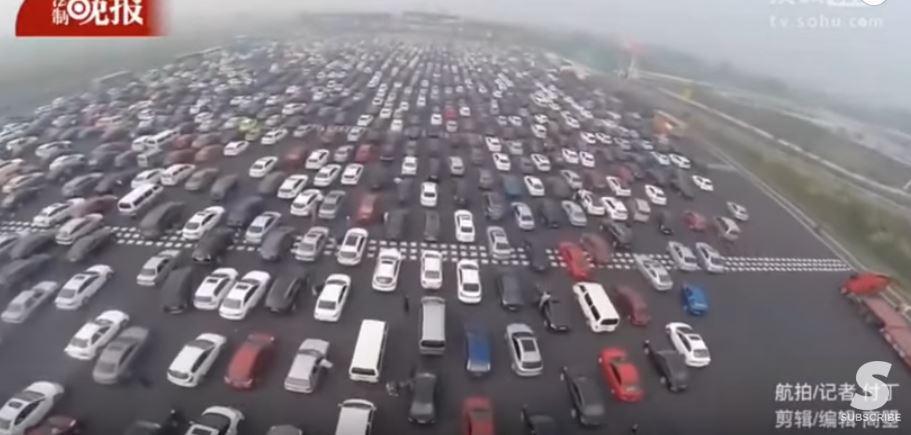VIDEÁ Aj teba rozčuľujú dopravné zápchy? Tak sa pozri na túto 50-prúdovú diaľnicu v Číne