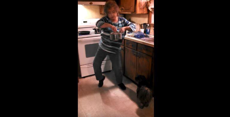 Z toho, čo táto babička začne vyvádzať v kuchyni, sa popukáte smiechom