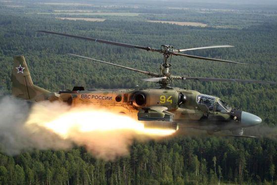 Rusi sa predviedli. Počas cvičenia strieľali z vrtuľníkov do davu civilistov, hlásia zranených