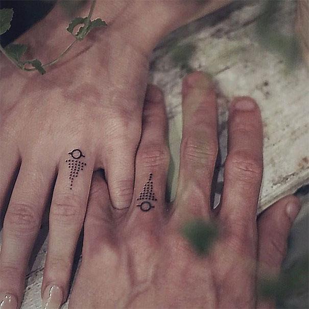 Lebky, psy aj čajové lyžičky. Pozrite sa, za aké tetovanie vymenili páry snubný prstienok!