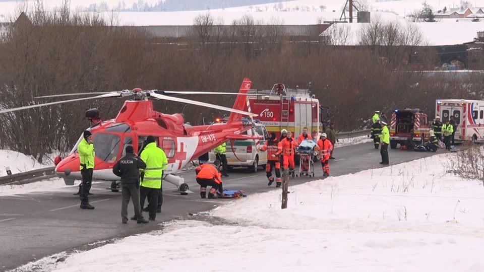Vážna nehoda pri Poprade: auto vrazilo do skupiny detí a dvanásť z nich zranilo