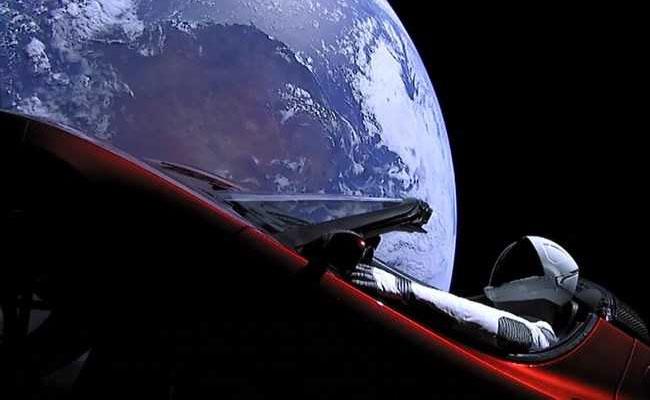 Po vesmíre sa bude preháňať prvé auto, cestuje tam v najsilnejšej rakete histórie ľudstva
