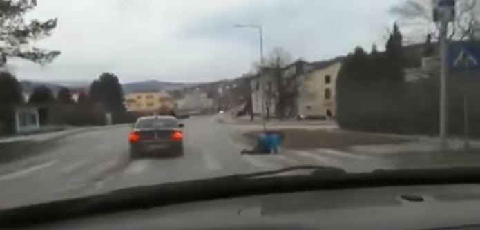 VIDEO Na Kysuciach sa pilo toľko, že muž musel prejsť cez  prechod štvornožky