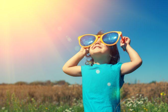 Slnečné dni prinášajú riziká pre deti, hygienici radia ako ich chrániť