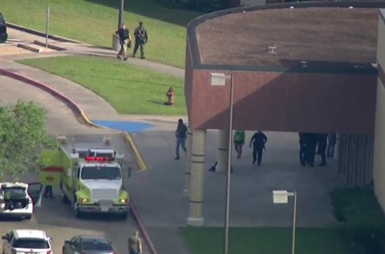 Mladík masovo zabíjal v texaskej škole