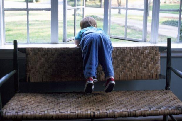 V Prievidzi vypadlo z okna malé dieťa, rodičia boli opití