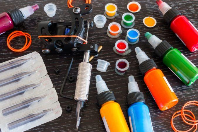 Hygienici upozorňujú pred škodlivými farbami na tetovanie aj výrobkom do kúpeľa v tvare koláčika