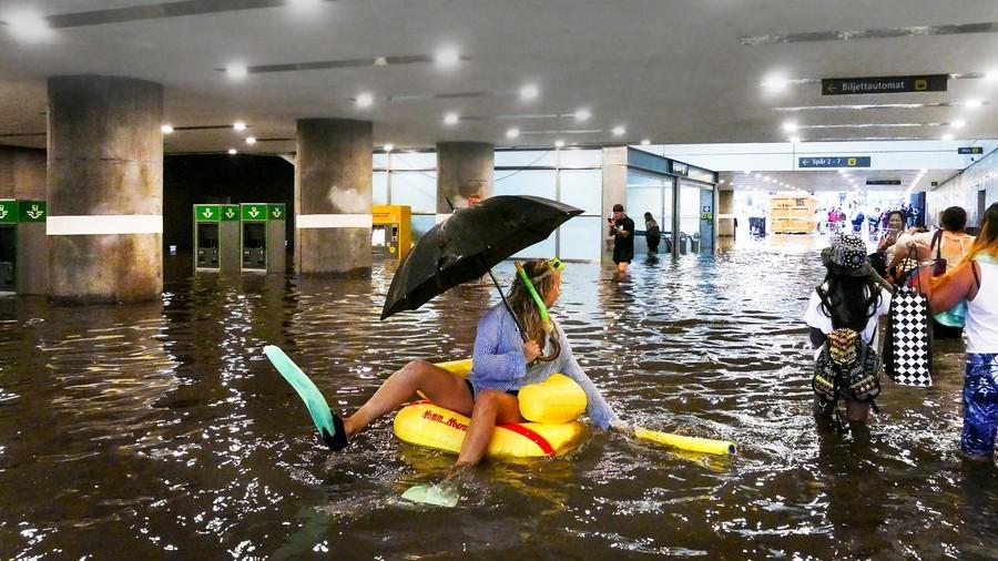Švédi využili zaplavenú vlakovú stanicu originálne, spravili z nej kúpalisko