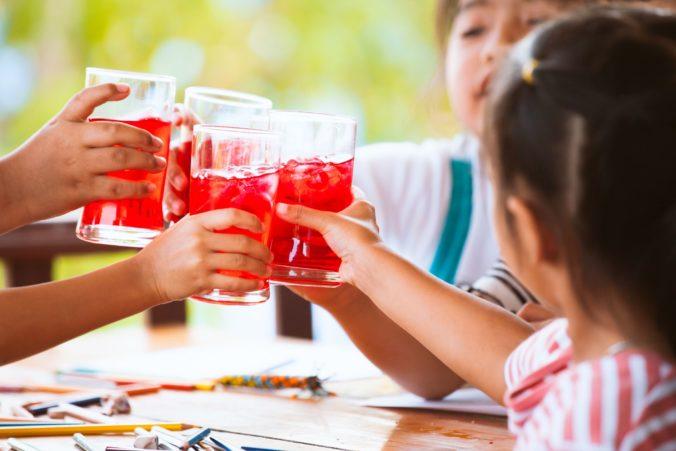 Zubári varujú, že deti v škôlkach pijú príliš veľa sladených nápojov