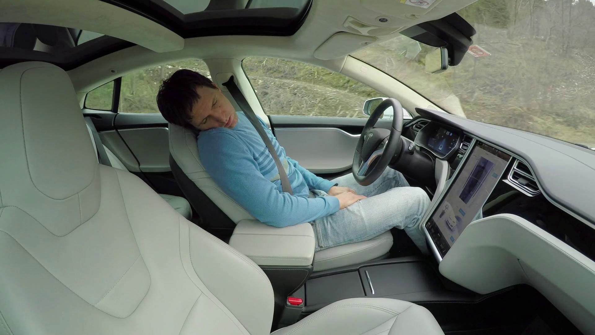Policajti dlhé minúty naháňali spiaceho vodiča s autopilotom