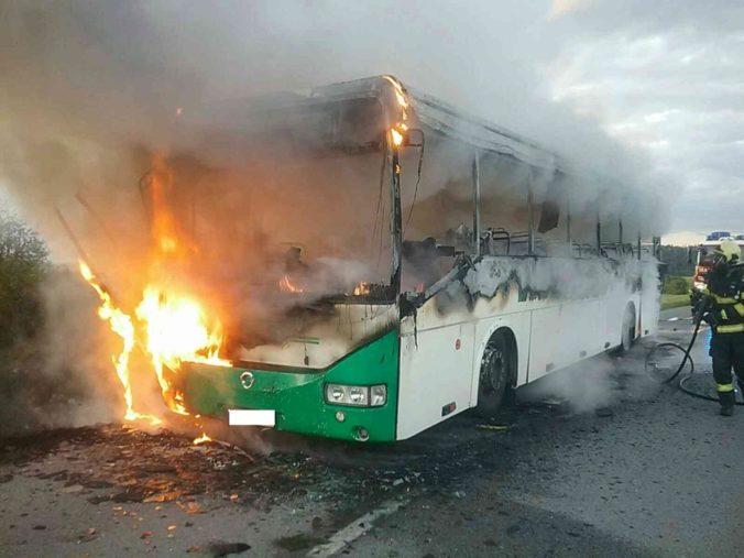 Desať slovenských žiakov uviazlo v horiacom autobuse, zasekli sa mu dvere