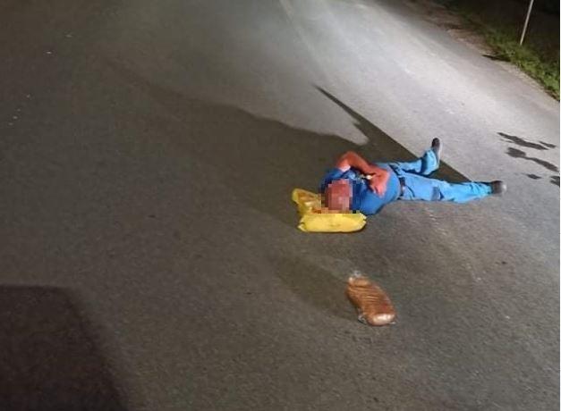 Muž v Jelšave zaspal v strede cesty, ustlal si na nákupe