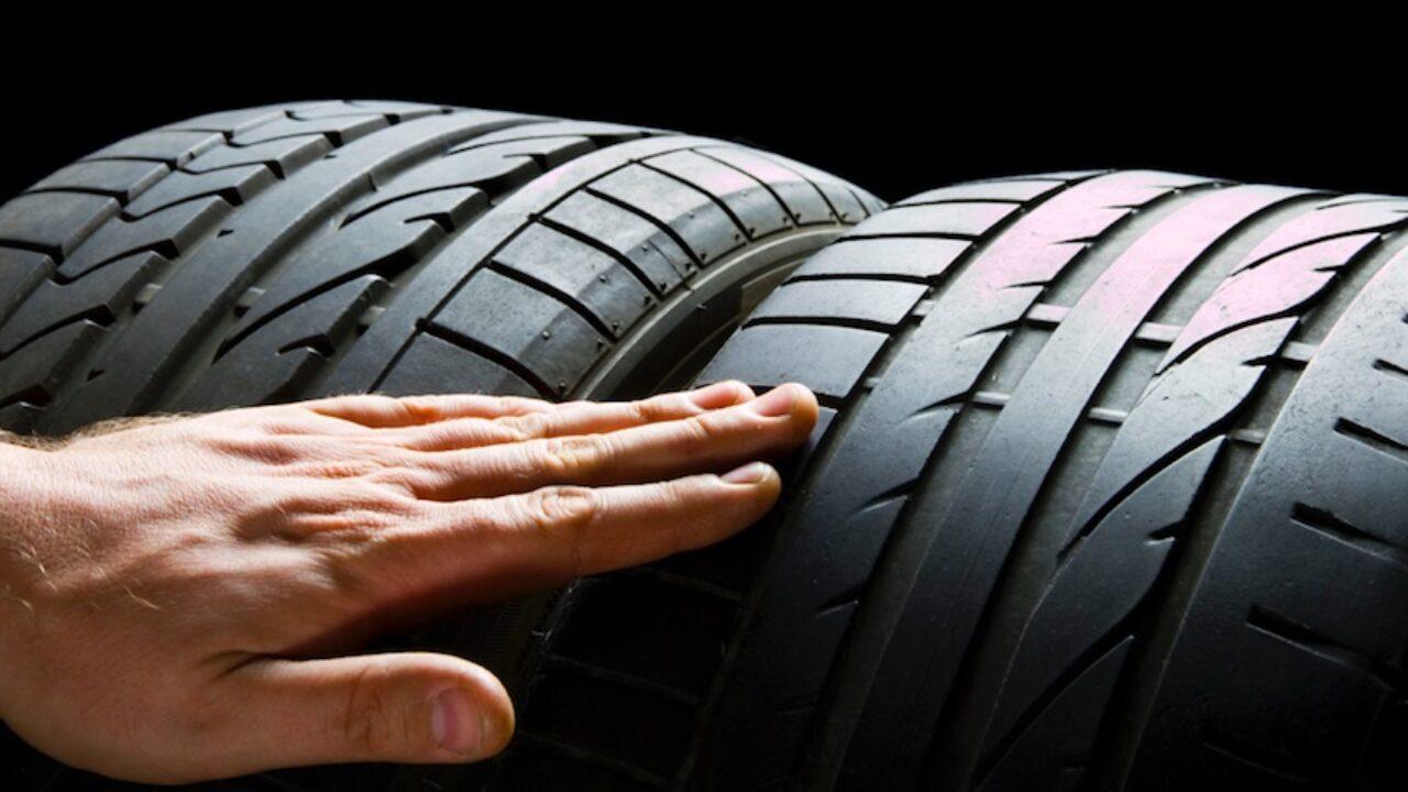Oplatí sa dojazdiť zimné pneumatiky v lete?
